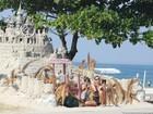Grazi Massafera curte dia de sol com a filha em praia no Rio