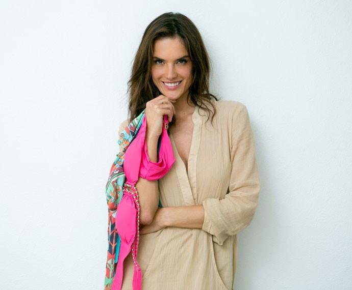 Alessandra posa com alguns dos biquínis preferidos. Difícil de escolher, não é mesmo? (Foto: Isabella Pinheiro/Gshow)