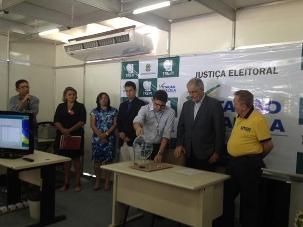 Sorteio da votação paralela em Teresina (Foto: Juliana Barros/G1)