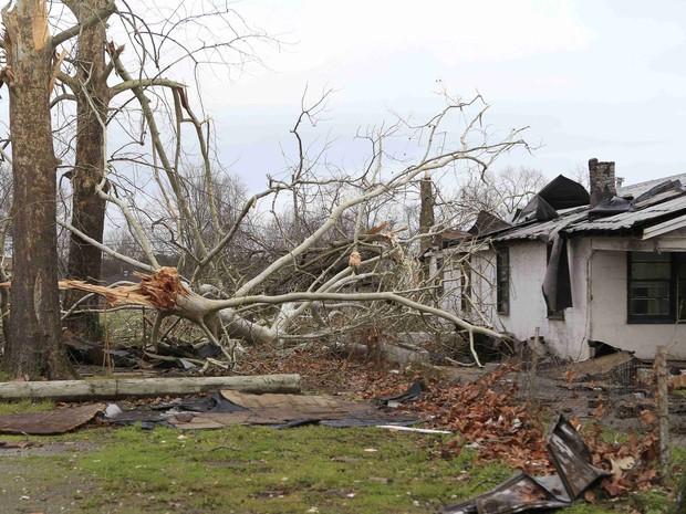 Danos causados por tornado são vistos em Birmingham, no Alabama, neste sábado (26) (Foto: Marvin Gentry/Reuters)