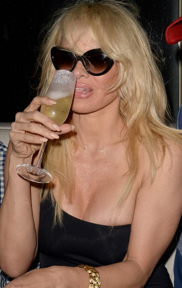 Pamela Anderson em festa de réveillon em Miami (Foto: Splash News/AKM-GSI)