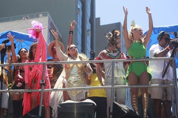 Preta Gil com os amigos no Bloco da Preta (Foto: Isac Luz / EGO)