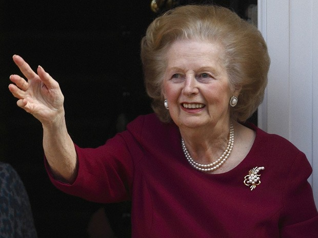 A ex-premi britnica Margaret Thatcher acena da entrada de sua casa em 2010 (Foto: AFP)