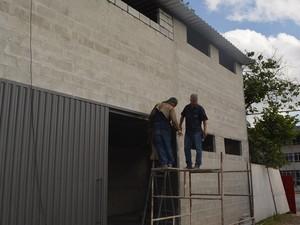 Trabalhadores finalizam a construção do novo galpão na sede da Associação Pró-Festa do Divino, em Mogi (Foto: Maiara Barbosa/ G1)