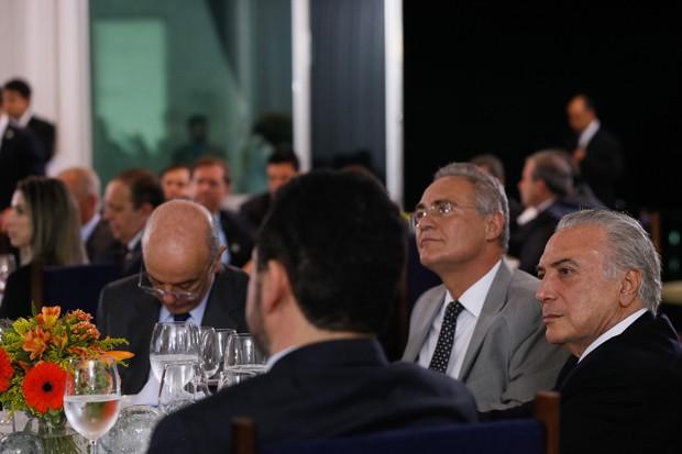 O presidente Michel Temer (dir.), durante jantar com senadores; na mesa, estão o ministro José Serra (esq) e o senador Renan Calheiros (centro) (Foto: Beto Barata/PR)