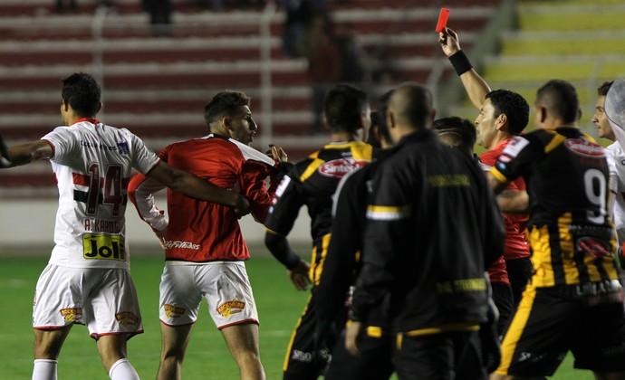 The Strongest x São Paulo - Calleri é expulso após se desentender com jogadores bolivianos (Foto: Martin Alipaz / EFE)