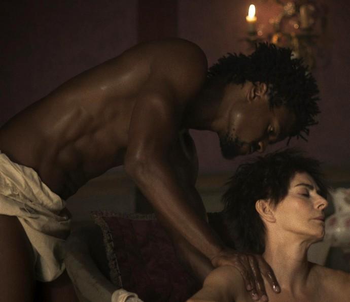 O escravo acata as ordens de Dionísia e esfrega suas costas (Foto: TV Globo)