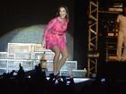 Ivete Sangalo exibe as pernas durante show em Pernambuco