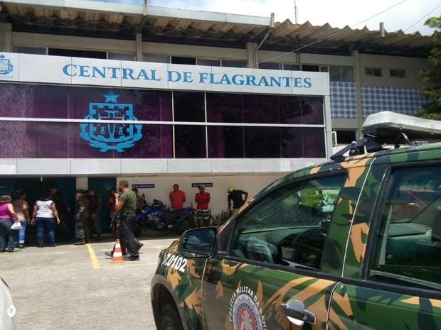 Cinco dos presos foram levados para a Centra de Flagrantes  (Foto: Divulgação / Polícia Militar )