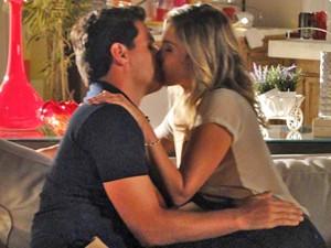 Théo e Érica se beijam após retomarem o namoro (Foto: Salve Jorge/TV Globo)