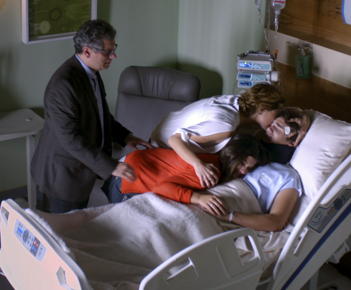 Ana, Miguel e Lívia abraçam Rodrigo e choram de felicidade (Foto: TV Globo)