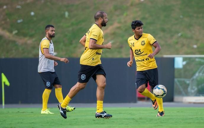Dudu (no centro) está confirmado no time titular do Rio Branco-ES (Foto: Jana Aguiar)