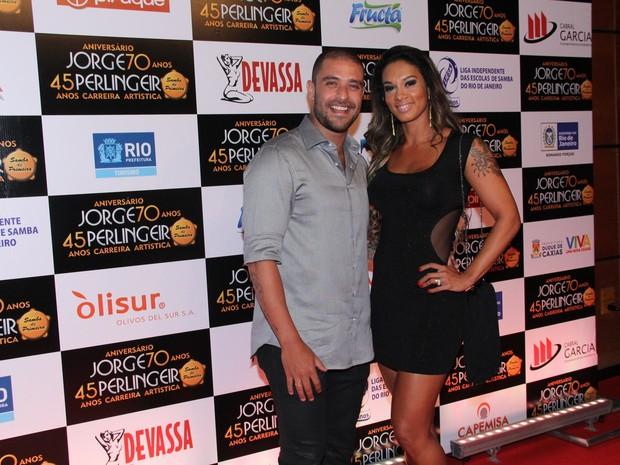 Diogo Nogueira e a mulher Milena Nogueira, em evento na Zona Oeste do Rio (Foto: Alex Palarea/ Ag. News)