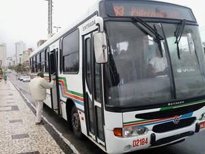 Em greve dos rodoviários, poucos ônibus circulam por Ponta Negra, em Natal (Foto: Arthur Barbalho/G1)