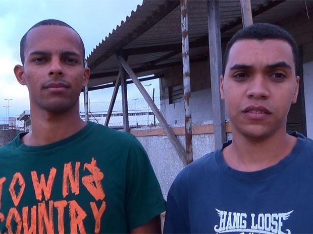 Diego e Douglas na saída do CDP Vila Independência após ficarem presos em SP (Foto: Glauco Araújo/G1)