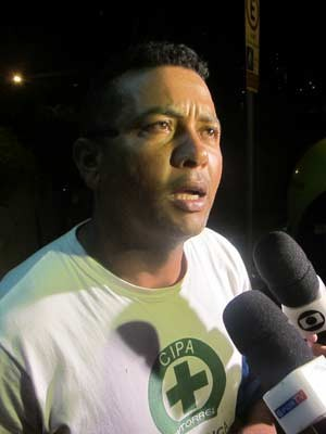 Cosme disse ser primo do operário que morreu na queda (Foto: Márcio Pinho/G1)
