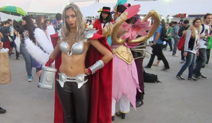 A contadora Thais Franco Forte, 29, faz cosplay de Thor durante o Anime Friends 2015