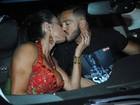 Gracyanne Barbosa ganha beijo de Belo em ensaio para o carnaval
