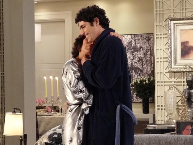 Roberta se derrete enquanto dança com Nando  (Foto: Guerra dos Sexos/TV Globo)