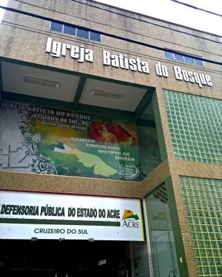 Defensoria Pública funciona no mesmo prédio de Igreja em Cruzeiro do Sul (Foto: Yuri Marcel / G1)