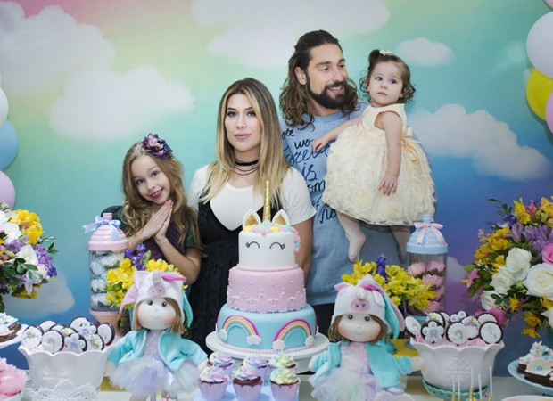 Com a aniversariante no colo, Victor Pecoraro festeja ao lado da mulher, Renata Muller, e da filha mais velha, Sophia (Foto: Mi Garcia)