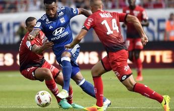 Lacazette marca, mas sai machucado, e Lyon perde a primeira no Francês