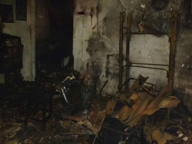 Casa ficou destruída após incêndio, em Bonito (Foto: Divulgação/ Polícia Militar)