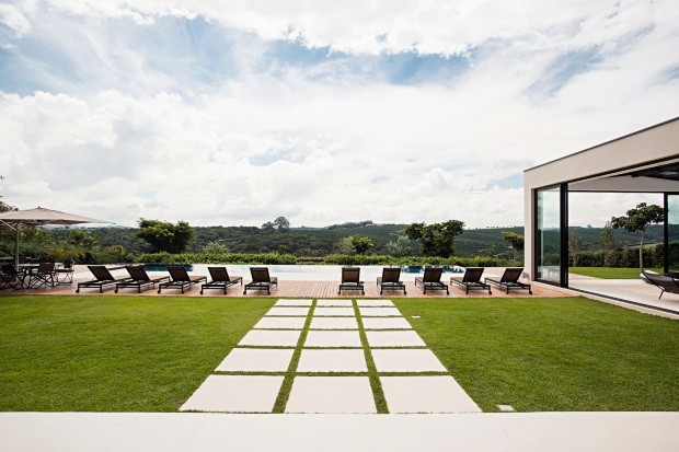 Paisagem verde. Grama-esmeralda compõe o gramado, marcado por pisadas de fulget branco (Foto: Gui Morelli / Divulgação)