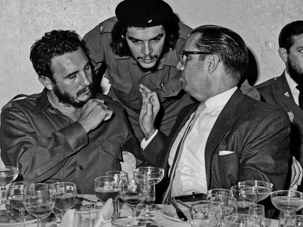 Fidel com Che Guevara, em foto de 1960 (Foto: AP Foto/Prensa Latina via AP Images)
