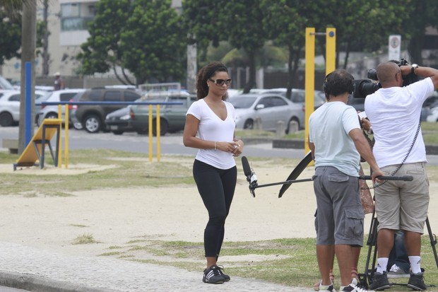 Juliana Alves grava na orla do Recreio dos Bandeirantes, RJ (Foto: Dilson Silva / Agnews)