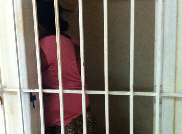 Jovem, grávida de seis meses, foi autuada e presa nesta manhã ao tentar entrar com drogas em CDP de Natal (Foto: Caroline Holder/G1)