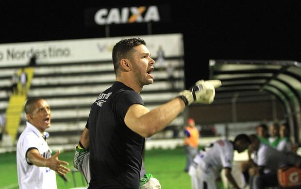 Gilson discute com torcedores do ASA após derrota para o América-RN (Foto: Ailton Cruz/ Gazeta de Alagoas)