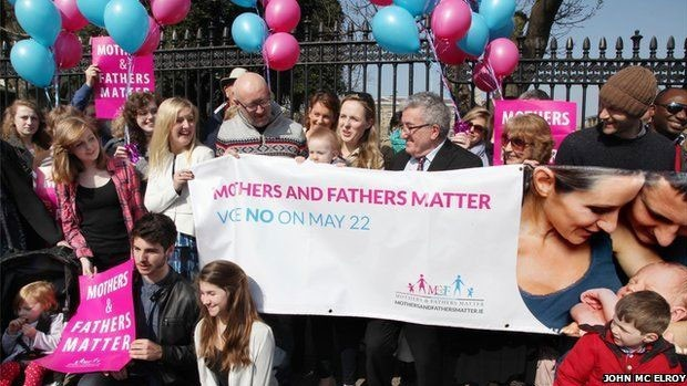 Homossexual assumido, Keith Mills (centro à esq.) diz que casamento deve ser entre homem e mulher  (Foto: JOHN McELROY)