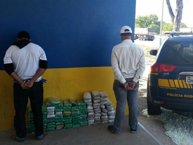Suspeitos foram encaminhados à Delegacia da Polícia Federal em Fortaleza (Foto: PRF/Divulgação)