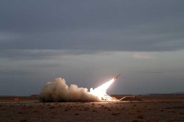 Irã mostra novo míssil anti-aéreo em exercício nesta terça-feira (13) (Foto: AP)