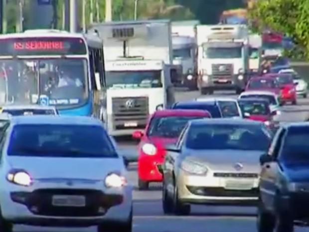 Usar farol baixo durante o dia passou a ser obrigatório em rodovias (Foto: Reprodução/Inter TV Cabugi)