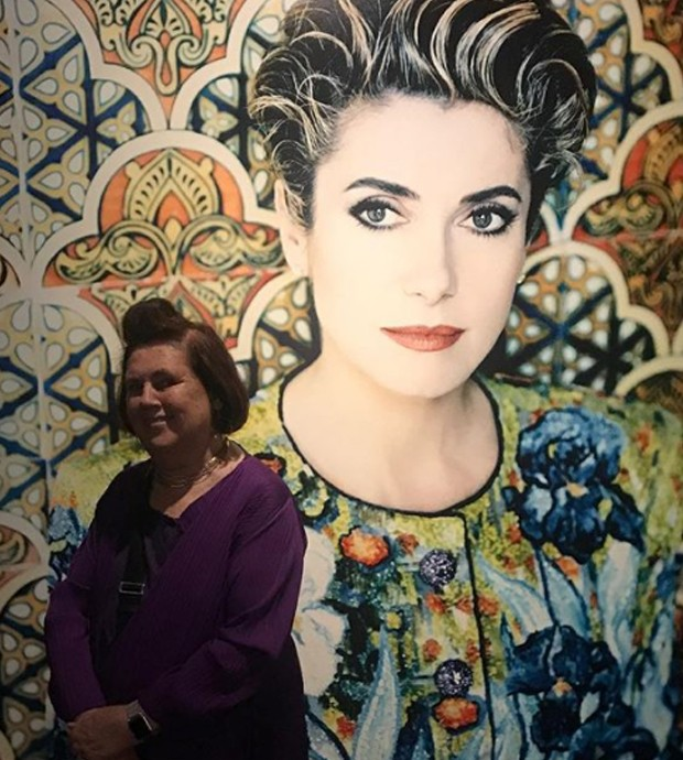 Catherine Deneuve, the performing artist closest to Yves Saint Laurent, is staying in my hotel and, in a historical YSL embroidered jacket, she forms a wall outside the Pierre Berge auditorium at the YSL Museum in Marrakech. (Foto: @suzymenkesvogue)