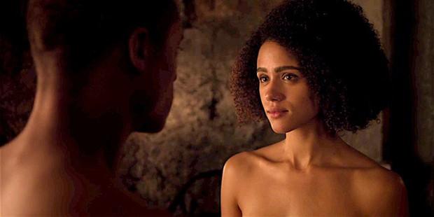 Nathalie Emmanuel conta como foi a cena de sexo oral em Game of Thrones (Foto: Reprodução)