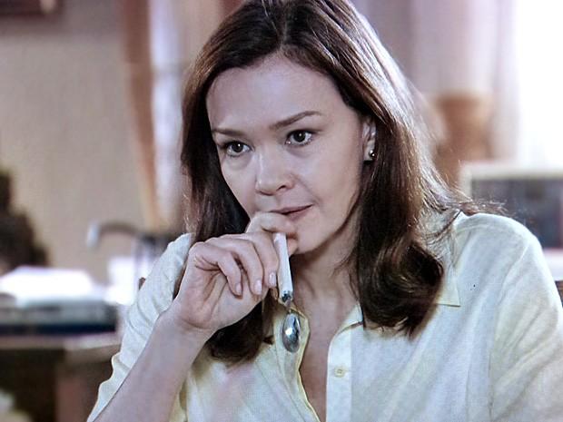 Helena fica incomodada ao ouvir a notícia da mãe (Foto: Em Família/TV Globo)