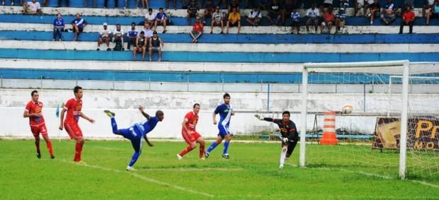 Gol de Reginaldo pelo Taubaté sobre o América (Foto: Bruno Castilho)