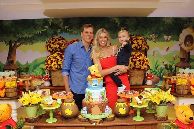 Cesar Cielo e Kelly Gisch, com o filho, Thomaz (Foto: Reprodução/Instagram)