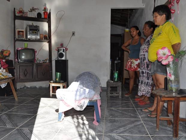 Tábua e véu foram doados por vizinhos (Foto: Jackson Perigoso / Revista Central)