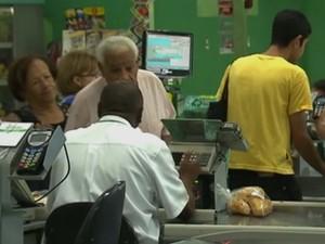 Supermercado oferece 130 vagas de emprego, 33 são para operador de caixa (Foto: Reprodução TV Globo)