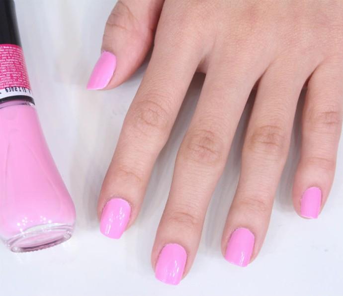 Passe duas camadas do esmalte rosa em todas as unhas (Foto: Arquivo Pessoal)