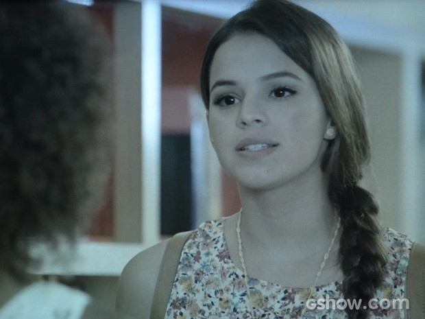 Luiza implica com a amiga e não abre o jogo (Foto: Em Família/TV Globo)
