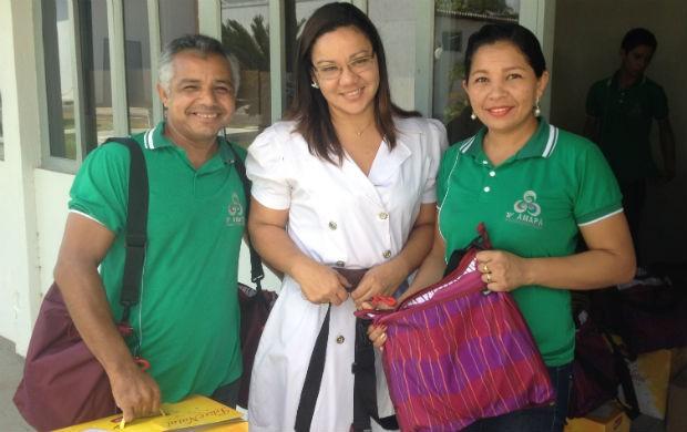 Funcionários da TV Amapá recebendo o kit natalino (Foto: Celso Kato/Home Amapá)