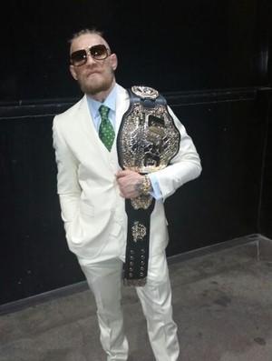 Conor McGregor com cinturão do UFC (Foto: Reprodução/Twitter)