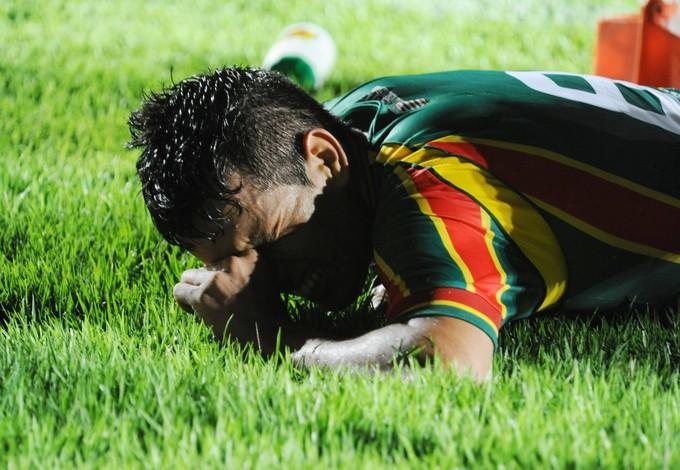 Eloir sente dores no Castelão (Foto: Biaman Prado/O Estado)
