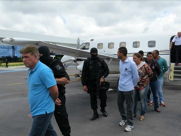 Cinco presos chegaram em Manaus na manhã deste sábado (8) (Foto: Divulgação/Polícia Civil)