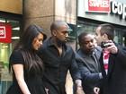 Segurança evita que fã se aproxime de Kim Kardashian e Kanye West